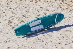 Planche de surf sur le sable de lumière du ` s de plage de Bondi Photographie stock libre de droits