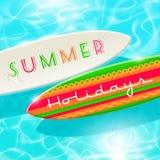 Planche de surf sur une eau tropicale brillante bleue Image stock