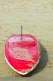 Planche de surfing sur la plage Images libres de droits
