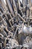 Planche el trono hecho con las espadas, escena de la fantasía o la etapa reconstrucción Imagen de archivo