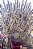 Planche el trono hecho con las espadas, escena de la fantasía o la etapa reconstrucción Imágenes de archivo libres de regalías