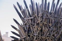 Planche el trono hecho con las espadas, escena de la fantasía o la etapa reconstrucción Foto de archivo