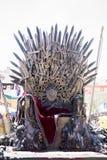 Planche el trono hecho con las espadas, escena de la fantasía o la etapa reconstrucción Fotos de archivo libres de regalías