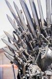 Planche el trono hecho con las espadas, escena de la fantasía o la etapa reconstrucción Fotografía de archivo