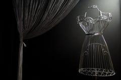 Planche el vestido en un fondo negro imagenes de archivo