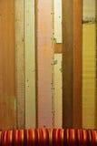 Planche en bois colorée rustique avec une vue limitée de sofa coloré Photos libres de droits