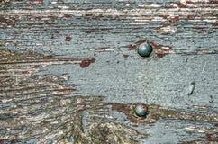 Planche en bois rugueuse avec deux boulons photos stock