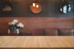 planche en bois vide avec le fond brouillé de barre de café photos libres de droits