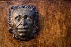 Planche la cabeza en la puerta de una casa colonial Fotografía de archivo libre de regalías