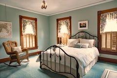 Planche la cama en el viejo hogar victoriano de Teal Bedroom od Fotografía de archivo