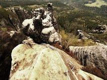 Planche la cuerda torcida estirada entre las rocas en remiendo de los escaladores vía ferrata Cuerda fijada en roca fotografía de archivo libre de regalías