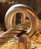 Planche la cuerda torcida fijada en bloque por los ganchos rápidos de los tornillos Detalle del extremo de la cuerda anclado en r Foto de archivo