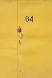 Planche la puerta con el candado rosado y el número de serie Imagen de archivo libre de regalías
