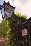 Planche la puerta con la linterna que lleva al jardín privado Foto de archivo