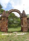 Planche la puerta y las paredes de piedra de la plantación colonial del coffe Imagen de archivo