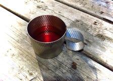 Planche la taza con té rojo en una tabla de madera Imágenes de archivo libres de regalías