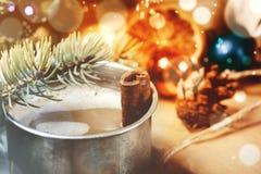 Planche la taza de café con los palillos de canela y los objetos de la Navidad Foto de archivo libre de regalías