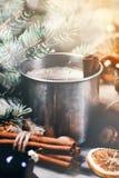 Planche la taza de café con los palillos de canela y los objetos de la Navidad Imagen de archivo