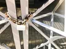 Planche las puertas, cerca de la barra de metal congelada en una cadena oxidada vieja fuerte de vínculos en una cerradura grande  imágenes de archivo libres de regalías