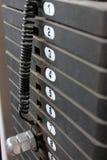 Planche los pesos en la máquina del ejercicio, composit vertical Fotos de archivo libres de regalías