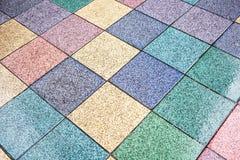 plancher avec les tuiles colorées dans jaune, bleu, vert, rose, Photographie stock libre de droits