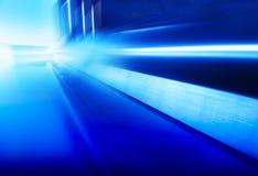 Plancher bleu futuriste diagonal de vaisseau spatial avec le fond de réflexions image libre de droits
