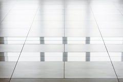 Plancher brillant dans un bâtiment moderne images libres de droits