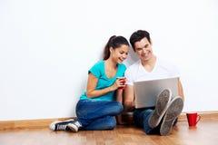 Plancher d'ordinateur portable de couples Photos stock