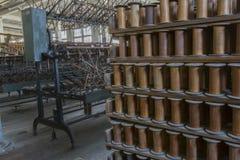 Plancher d'usine de fil avec les bobines en bois Photo stock