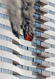 Plancher de bâtiment sur le feu image stock