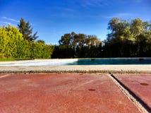 Plancher de brique par la piscine images stock