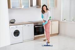 Plancher de nettoyage de femme avec le balai photos libres de droits