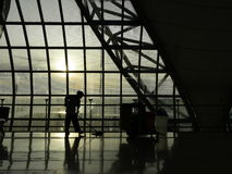 Plancher de nettoyage de l'aéroport pendant le matin Photos stock