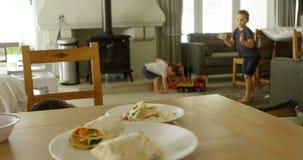 Plancher de nettoyage de père tandis qu'enfants jouant 4k banque de vidéos
