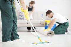 Plancher de nettoyage utilisant le balai Image libre de droits