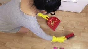 Plancher de pièce propre de femme banque de vidéos