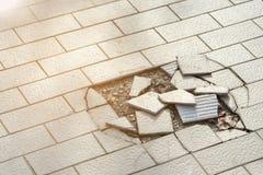 Plancher de tuiles criqué et cassé photo libre de droits