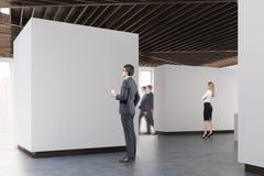 Plancher en béton de galerie d'art, vue de côté, les gens illustration stock
