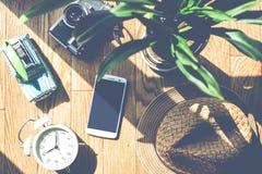 Plancher en bois avec des objets de lumière du soleil et d'ombre Photo stock