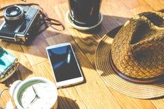 Plancher en bois avec des objets de lumière du soleil et d'ombre Image libre de droits