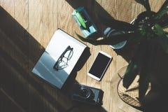 Plancher en bois avec des objets de lumière du soleil et d'ombre Photos libres de droits