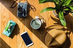 Plancher en bois avec des objets de lumière du soleil et d'ombre Images stock