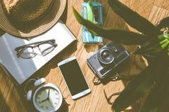Plancher en bois avec des objets de lumière du soleil et d'ombre Images libres de droits