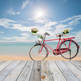 Plancher en bois avec le beau ciel bleu et la vieille bicyclette Photos libres de droits