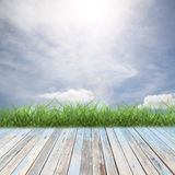 Plancher en bois avec le beau paysage de ciel bleu pour le fond images stock