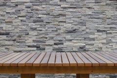 Plancher en bois avec le mur de briques moderne Images stock
