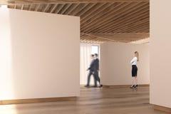 Plancher en bois de galerie d'art, plafond, les gens, côté Photos stock