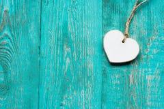 Plancher en bois de turquoise avec un coeur en bois blanc Images stock