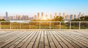 Plancher en bois devant la vue de ville Photos libres de droits