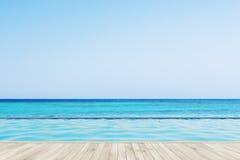 Plancher en bois près d'une piscine Image stock